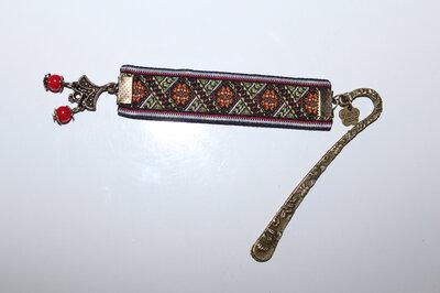 Закладка з кольоровою вишивкою
